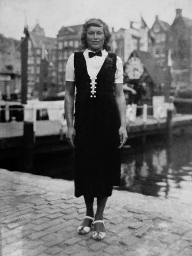 Volger Cor 1913 19__ Vrouw Kitty aan Rokin Amsterdam
