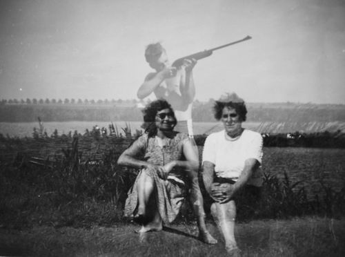 Volger Kitty 1957 met Buurvrouw Ganzinotti bij Lijnderdijk 211