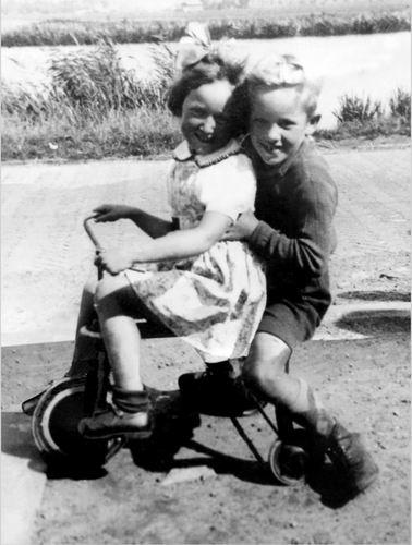 Volger Rietje 1945 1950 met broer Rinus op Driewieler