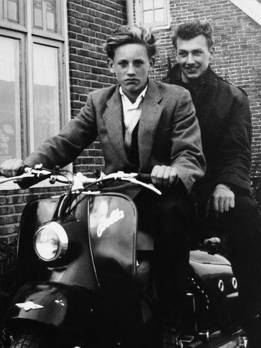 Volger Rinus 1943 1958 op Scooter met broer Jan