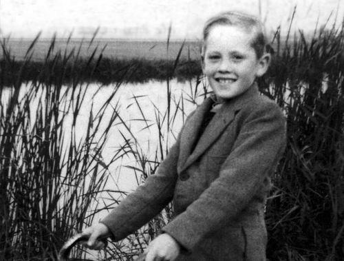 Volger Rinus 1943 19__ op de fiets bij Ringvaart