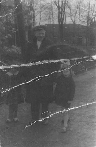 Vos Cornelis G de 1890 19__ aan de wandel met dochter Nel