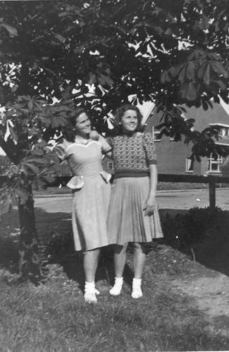Vos Nel de 1931 19__ met vriendin Nel Cafe 02