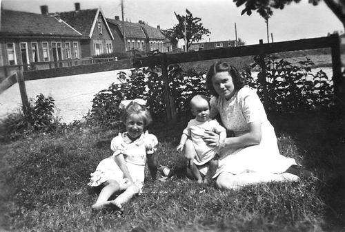 Vos Nel de 1931 19__ met Nichtjes Marrie en Willie Cordrs 01