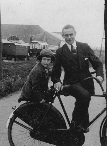 Vos Nel de 1931 19__ met broer Cor naar Kermis 01
