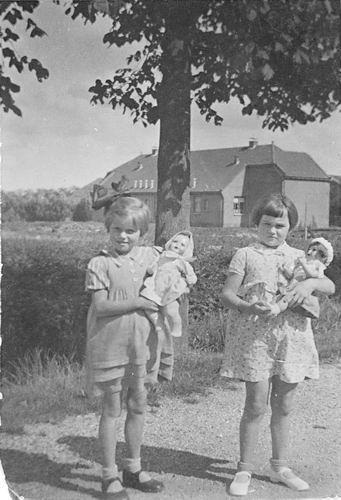 Vos Nel de 1931 19__ met vriendin Nel Cafe