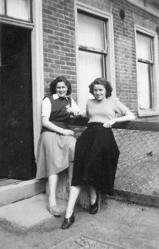 Vos Nel de 1931 19__ met vriendin Nel Cafe 05