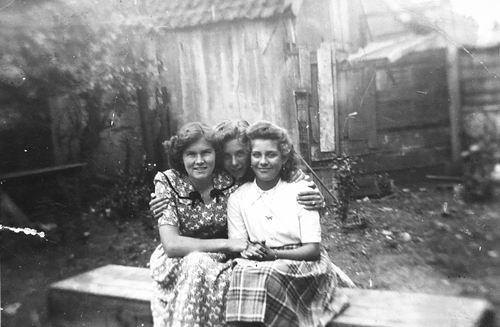 Vos Nel de 1931 19__ met vriendinnen Riet en Fien Ramkema