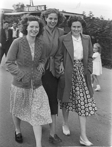 Vos Nel de 1931 19__ met vriendinnen naar Kermis