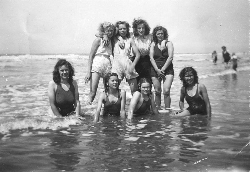 Vos Nel de 1931 19__ met vriendinnen op Strand 01