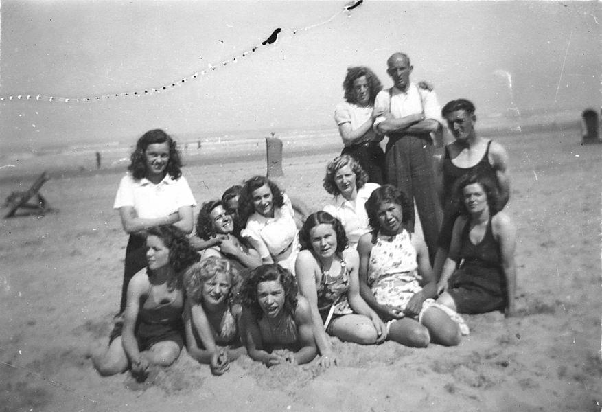 Vos Nel de 1931 19__ met vriendinnen op Strand 02