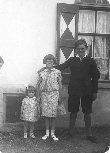 Vos Nel de 1931 19__ met zus Geertje en broer Cor 01