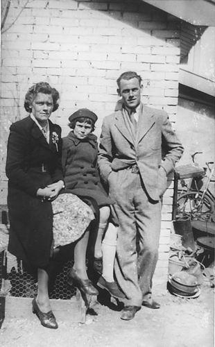 Vos Nel de 1931 19__ met zus Geertje en broer Cor 02