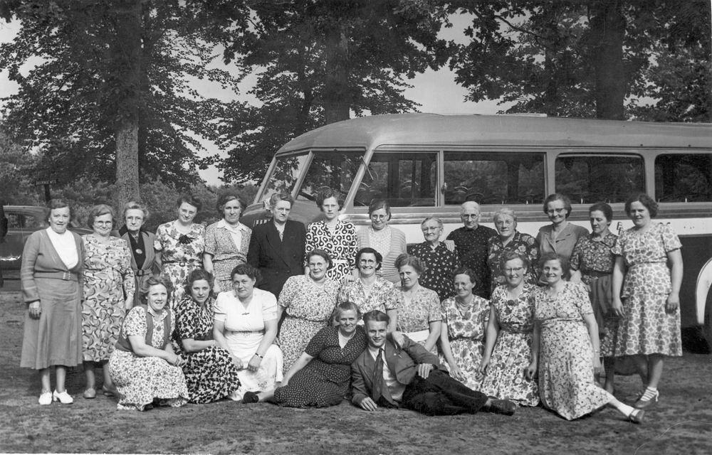 Vrouwenvereniging Rijk 19__ Uitje met Bus 02
