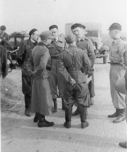 WO II 194505 Duitse soldaten ontwapend bij de Schipholbrug