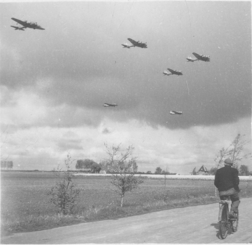 WO II 194505 Voedseldroppings bij Schiphol 02