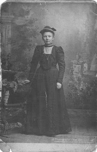 Wakker Laurentia 1881 19__ bij Fotograaf