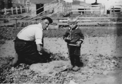 Wieringen Jan v 1933 1936 met Buurman Jan Kars in Tuin 02