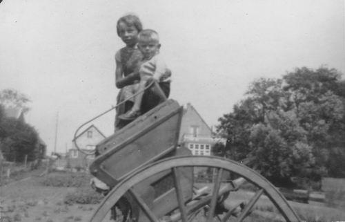 Wieringen Jan v 1933 1937 op Tilbury met zus Cisca