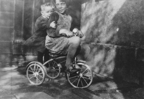 Wieringen Jan v 1933 1938 op Driewieler met zus Cisca