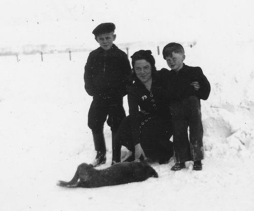 Wieringen Jan v 1933 1942 in de Sneeuw met Zus Siena en broer Cor