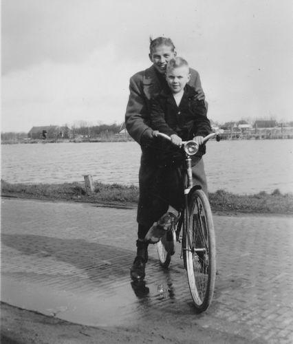 Wieringen Jan v 1933 1957 op fiets aan Ringvaart met Rik Smit