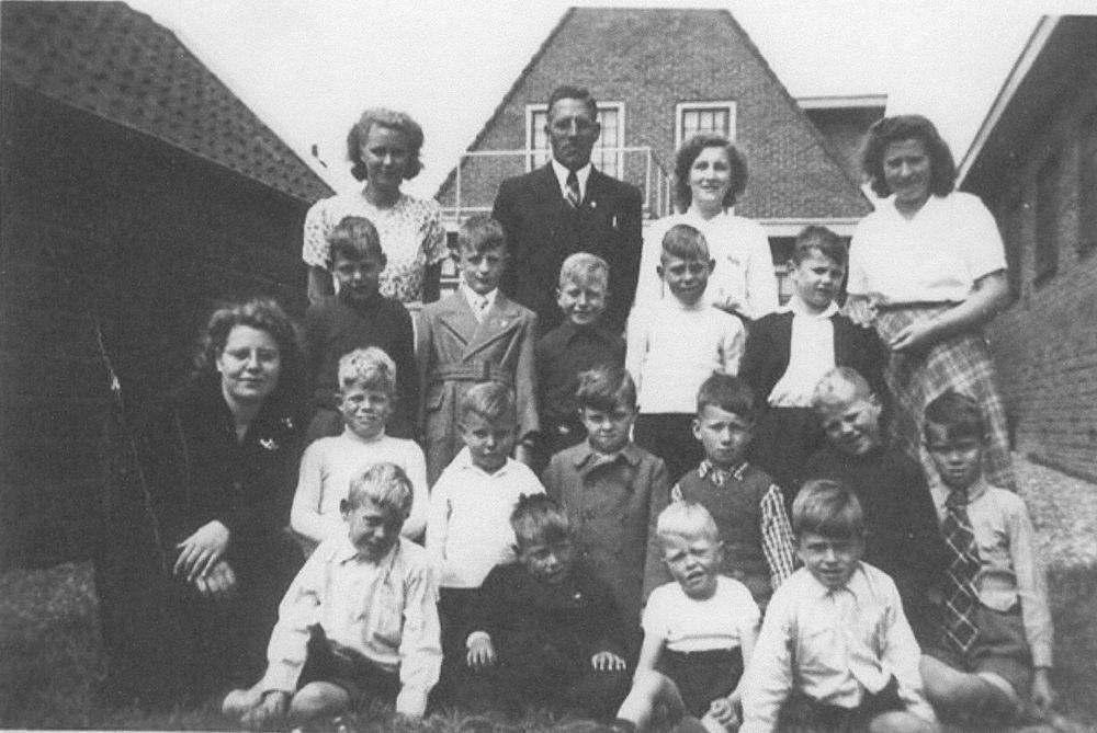 Zondagschool Rijk 1947 met Clara de Cloe 01 Jongens
