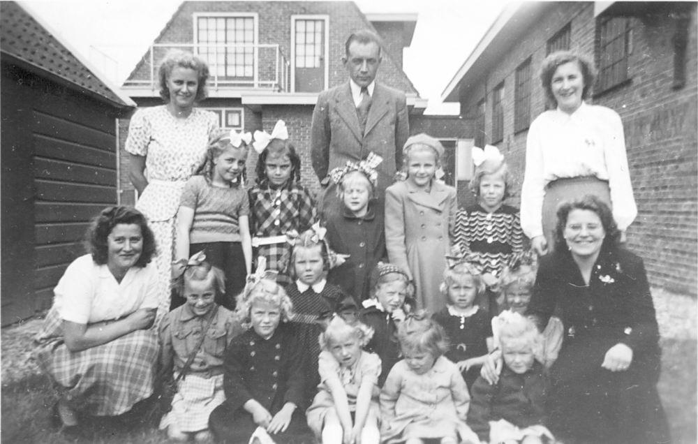 Zondagschool Rijk 1947 met Clara de Cloe 02 Meisjes