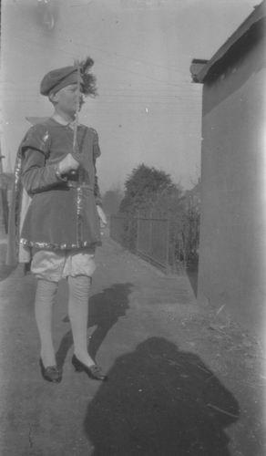 Zuijdam Dirk M 1928 in Costuum als Page 01