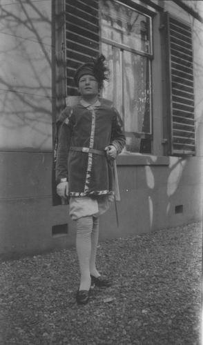 Zuijdam Dirk M 1928 in Costuum als Page 02