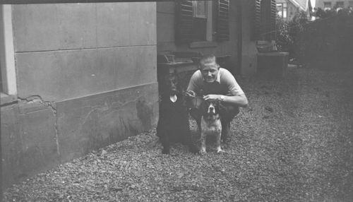 Zuijdam Dirk M 1932 met Honden achter het Huis