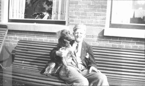 Zuijdam Dirk M 1935 met Hond voor het Huis