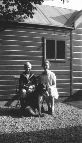 Zuijdam Dirk M 193_ met Moeder achter het Huis