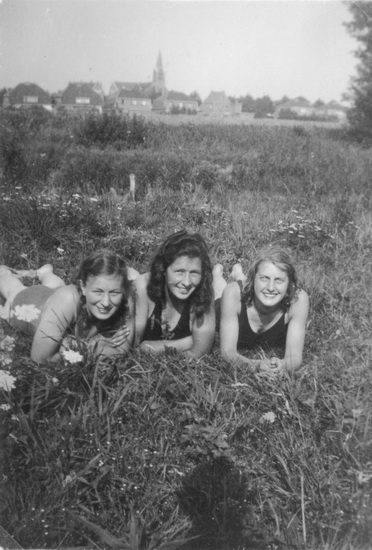 Zwembad 1942 Zonnebaden 02