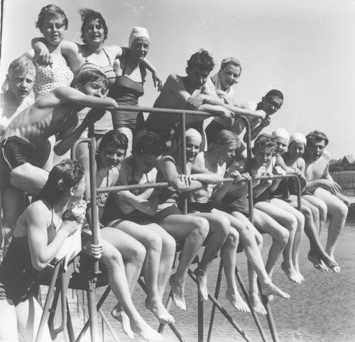 Zwembad 1955-57 met oa Hilda v Tienderen op Duikplank