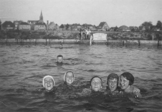 Zwembad met Bep de Koning Links en onbekenden 03 1200dpi