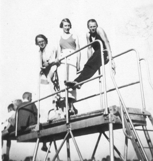 Zwembad met Bep de Koning op Hoge Duikplank