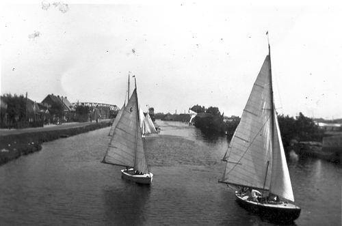 Aalsmeerderdijk 0330- 19__ met Zeilboten in Ringvaart en Spoorbrug