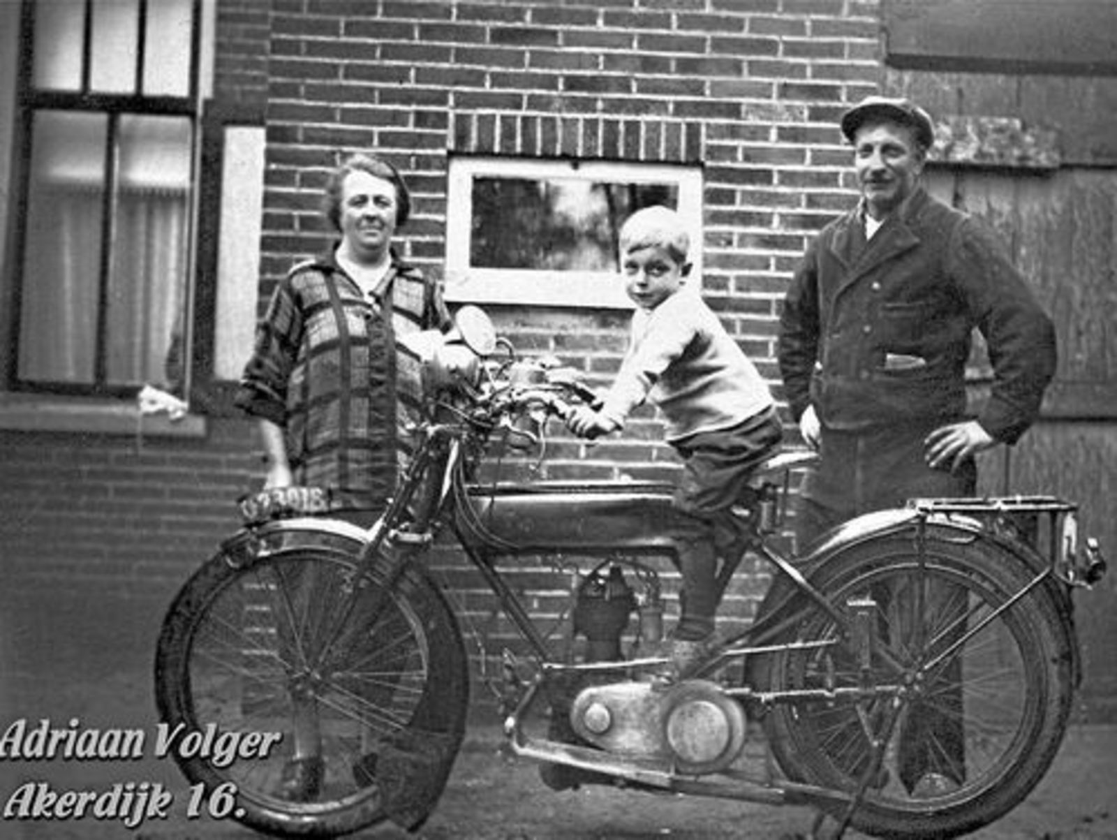 Akerdijk 0016 1929± Adriaan Volger op Motor met Vader en Moeder