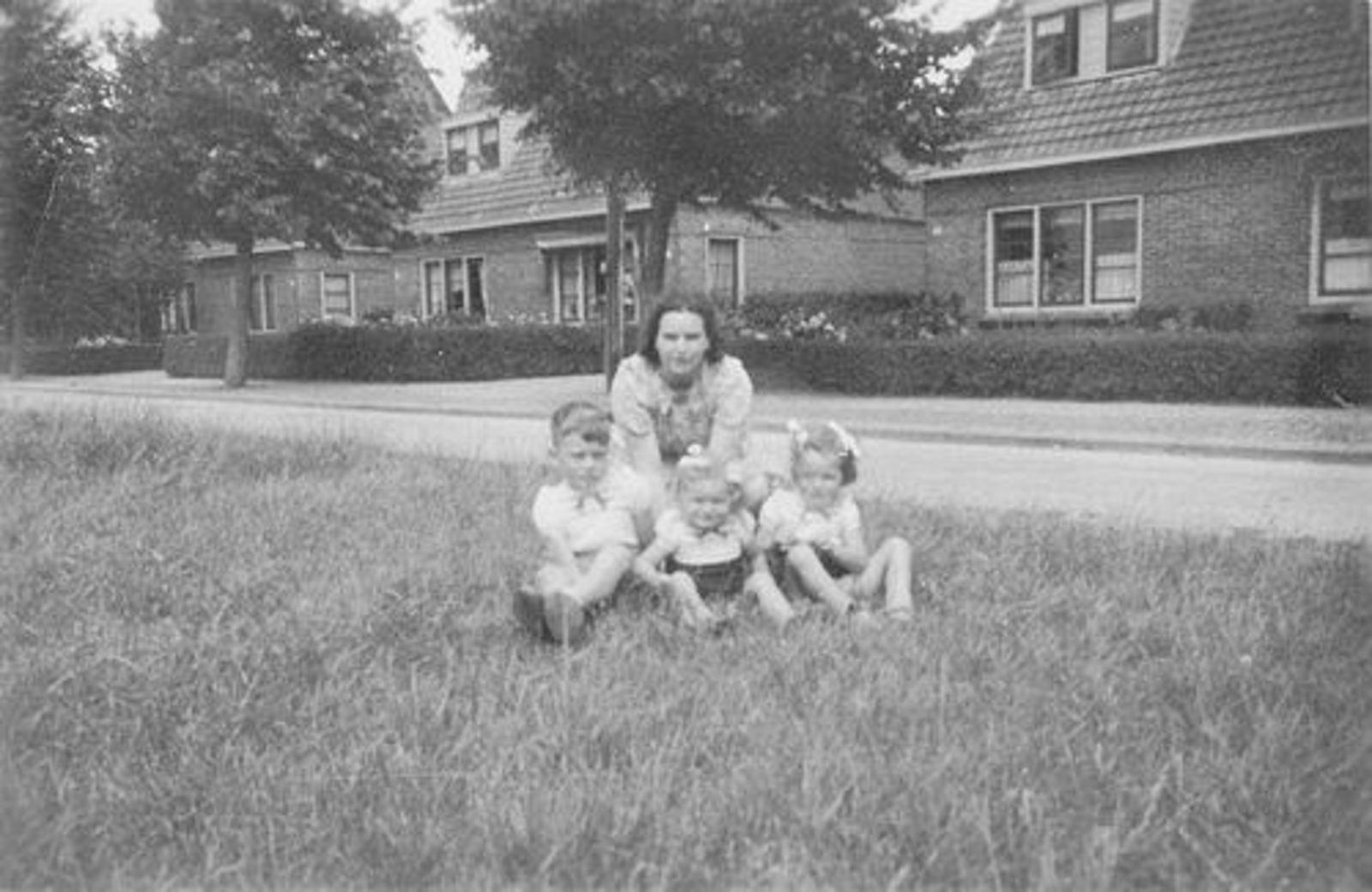 Beetslaan N 0123 1946± met moeder de Boer en Kinderen