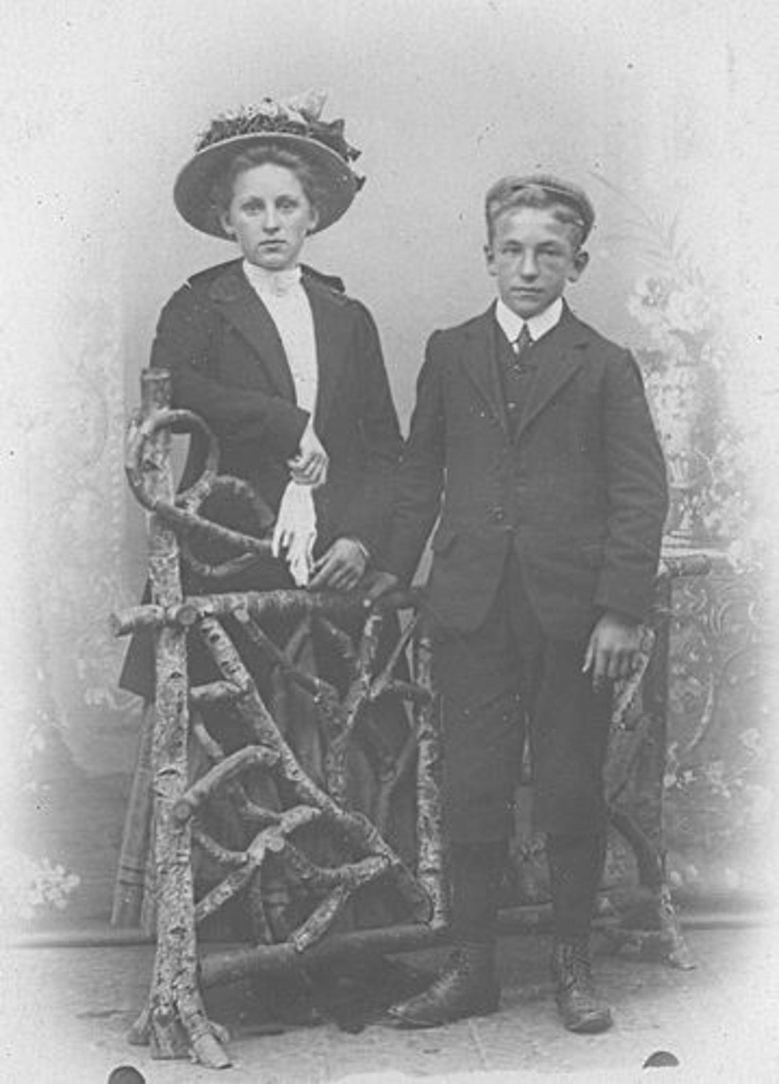 Biesheuvel Anna Bdr 1855 dochter Daatje Leest bij Fotograaf met broertje Barend