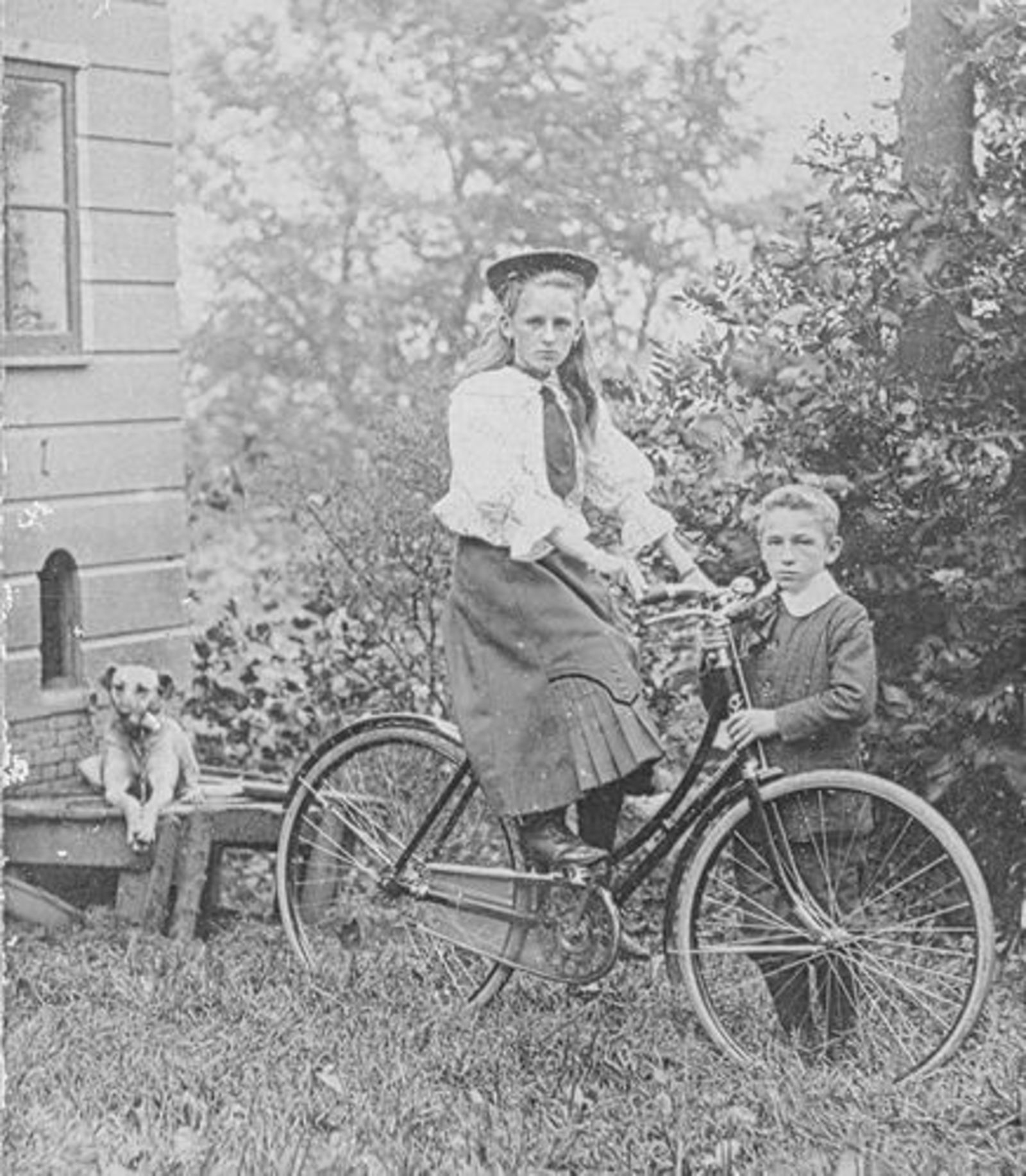 Biesheuvel Anna Bdr 1855 dochter Daatje Leest op de Fiets met broertje Barend