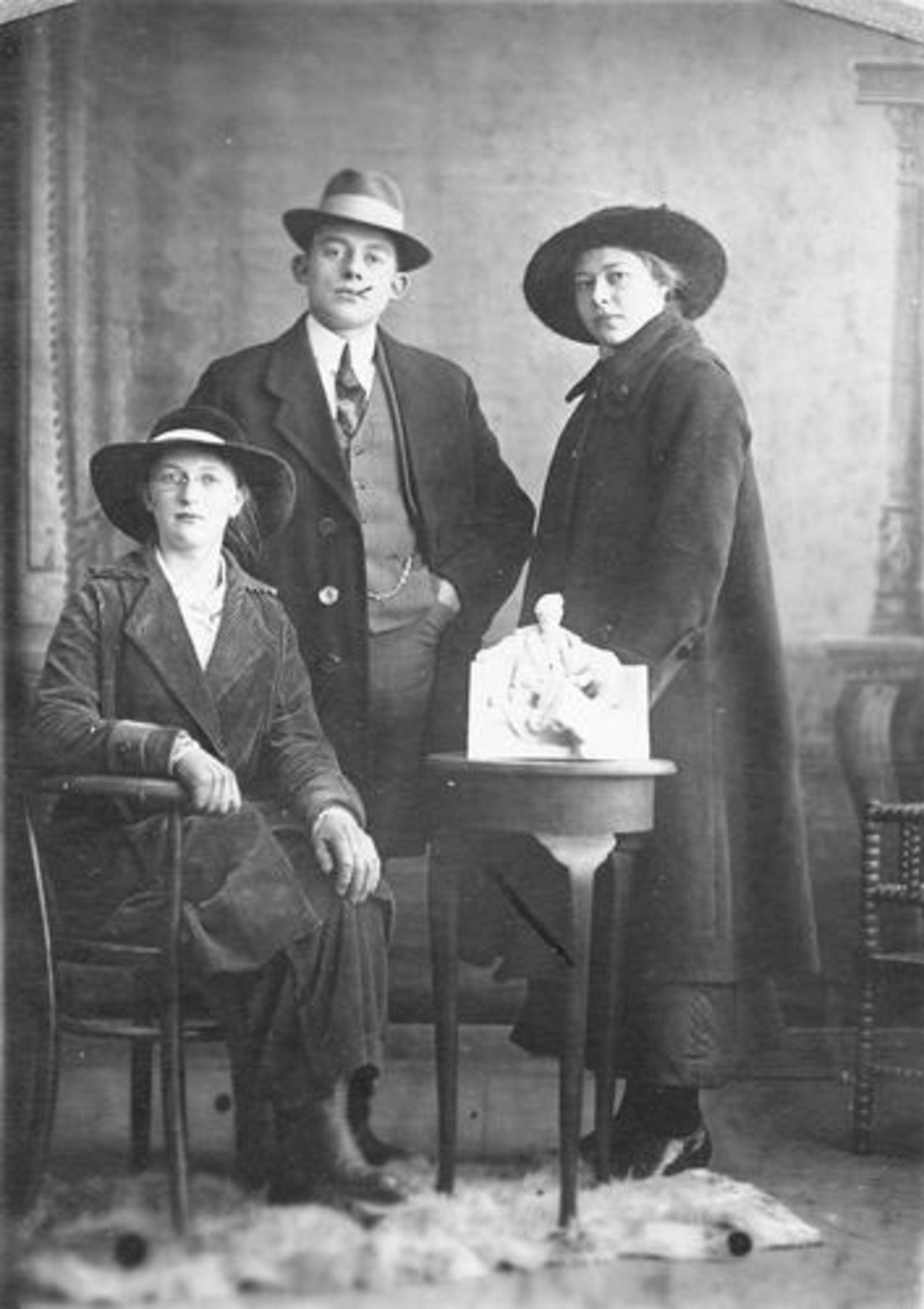 Biesheuvel Huibert Pzn 1897 19__ met nichten Jansen en v Zanten
