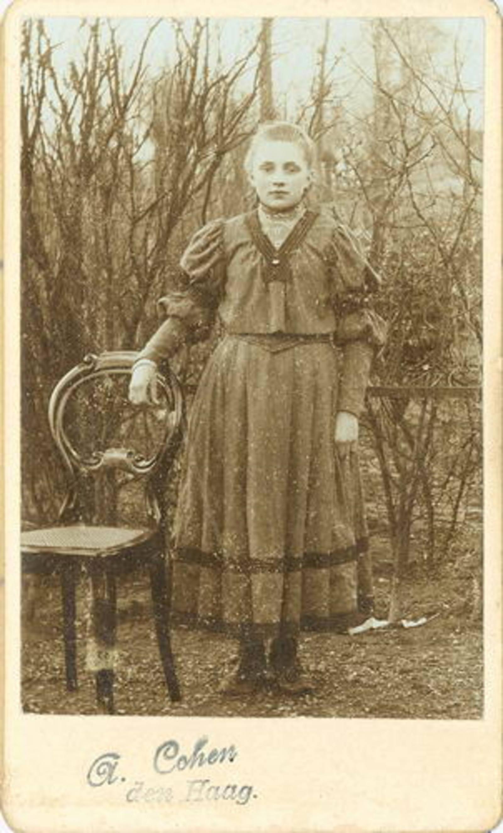 Biesheuvel Jacob C Bzn 1868 19__ dochter Trijntje bij Fotograaf 01