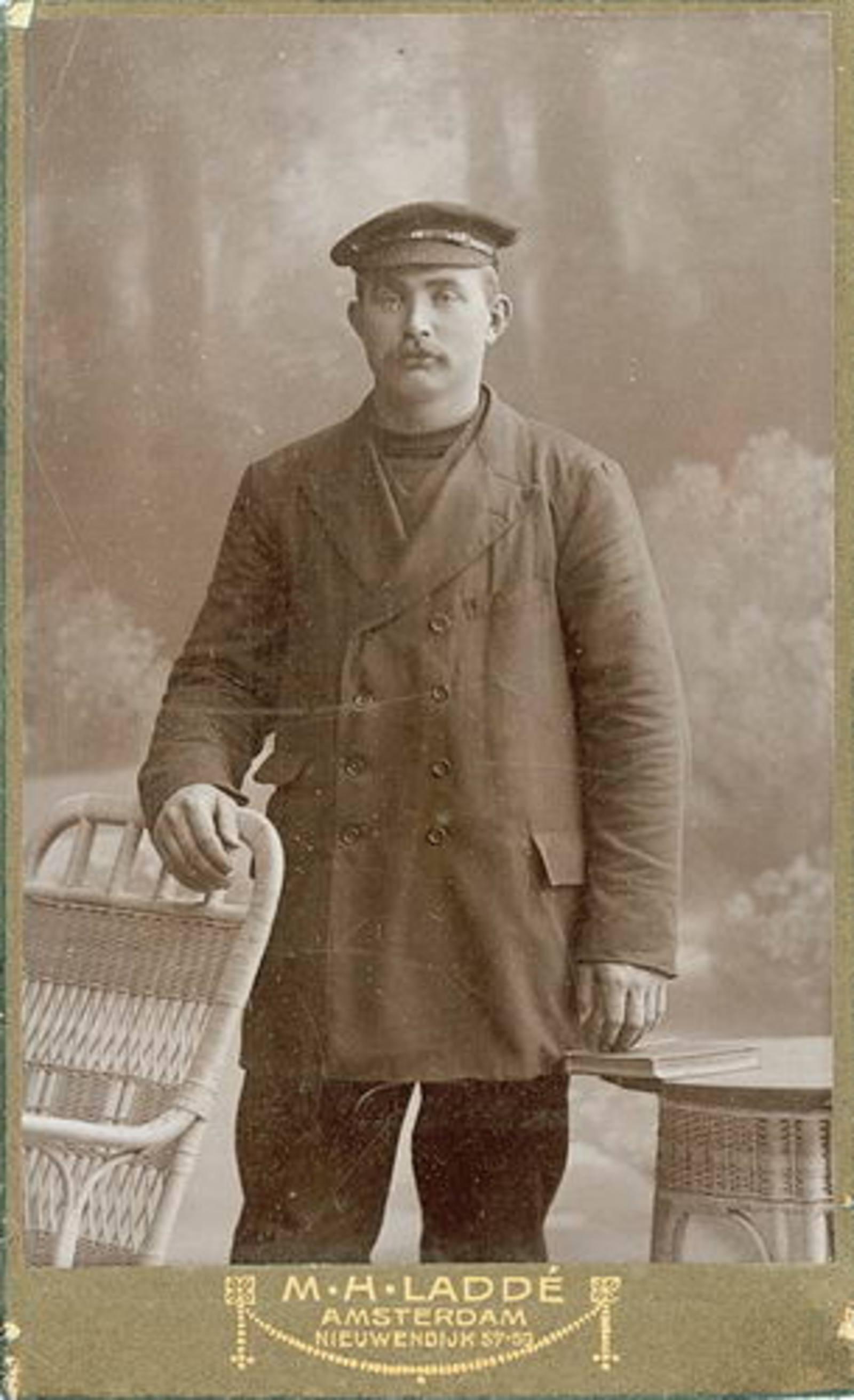 Biesheuvel Marie 1858 19__zoon Jacob Druif bij Fotograaf