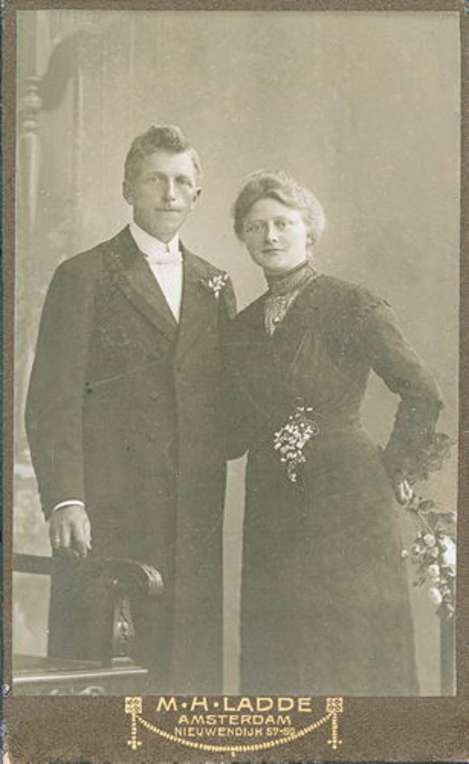 Biesheuvel Willem Ariezn 1885 19__ met vrouw Sophia Koning bij Fotograaf