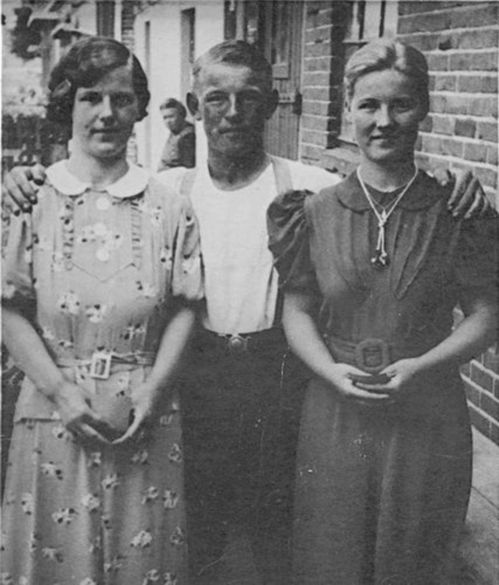 Bliek Gerrit 1917 1937 met zusters Koosje en Leentje