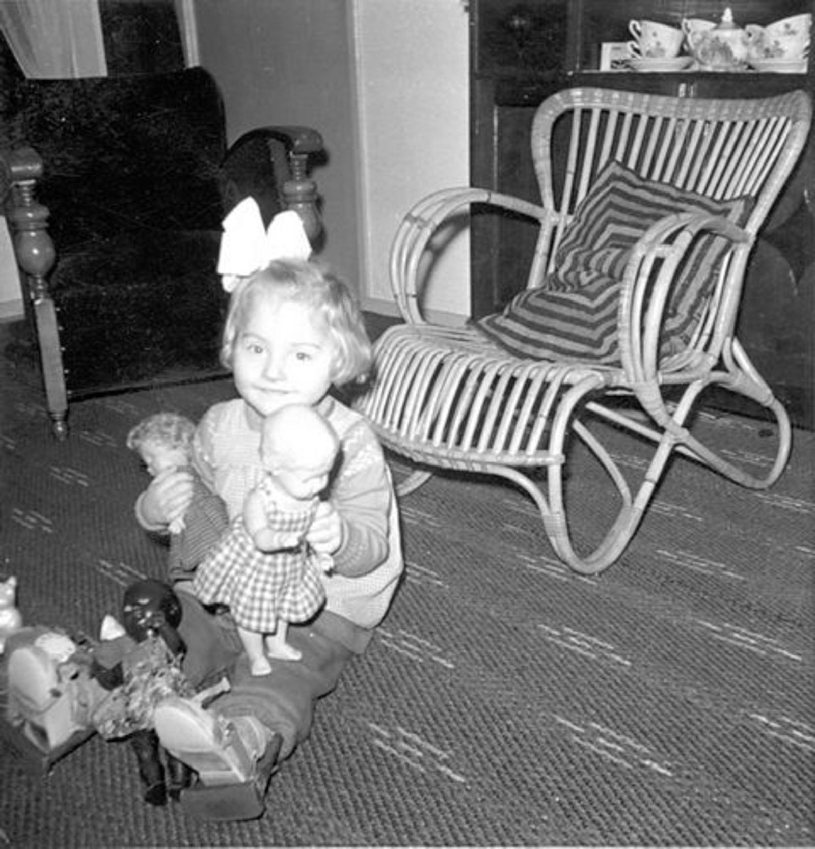 Bliek Gerrit 1917 1962-63 dochter Leentje binnen met Poppen