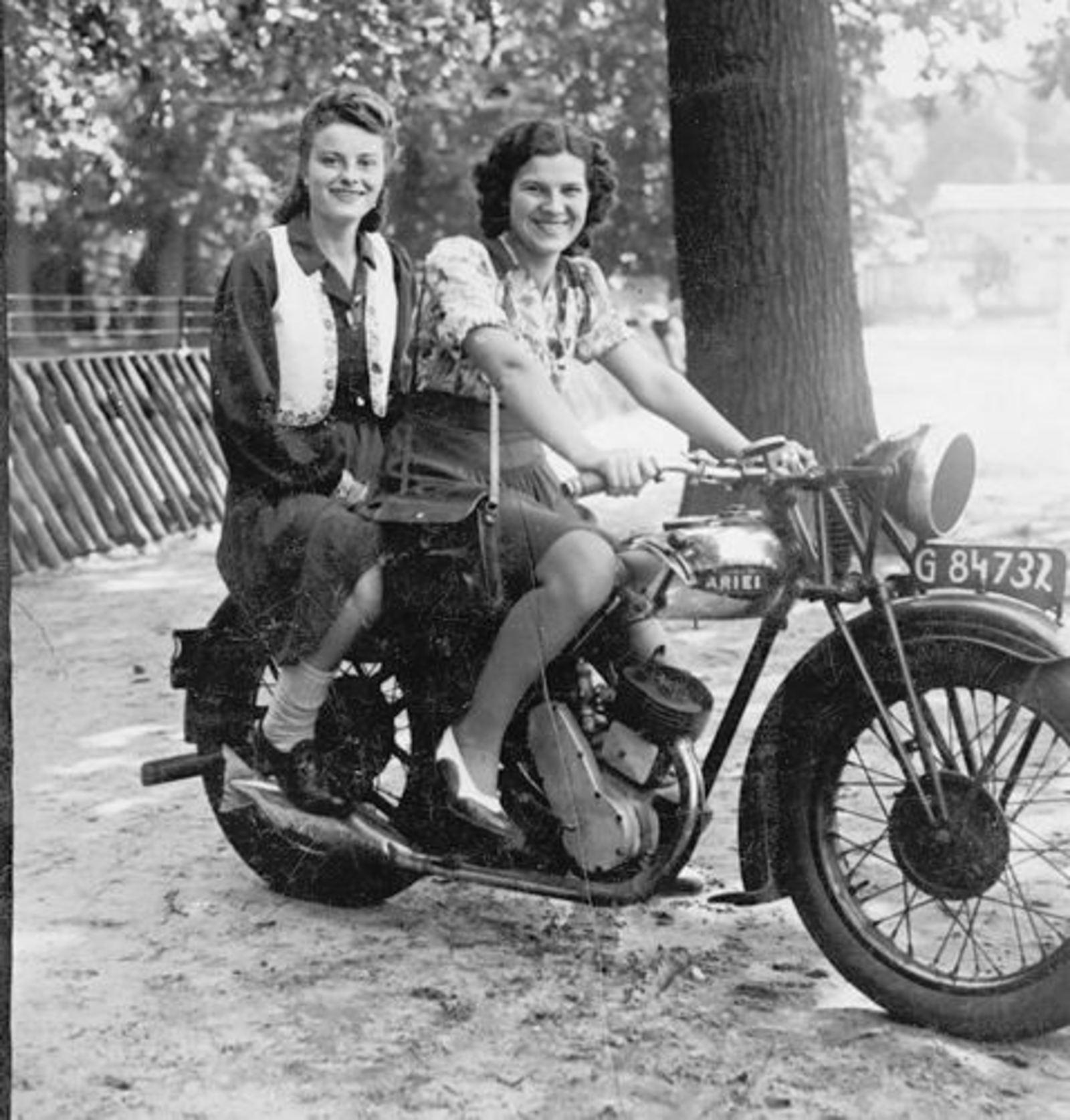 Bliek Jannie 1927 1947 met Nettie Onbekend op Motor in Haarlemmer Hout