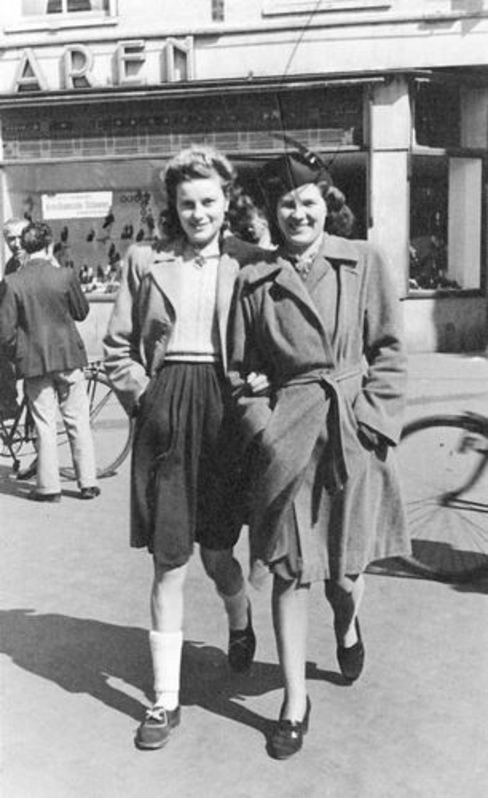 Bliek Jannie 1927 1947 met Onbekende Vriendin in Haarlem